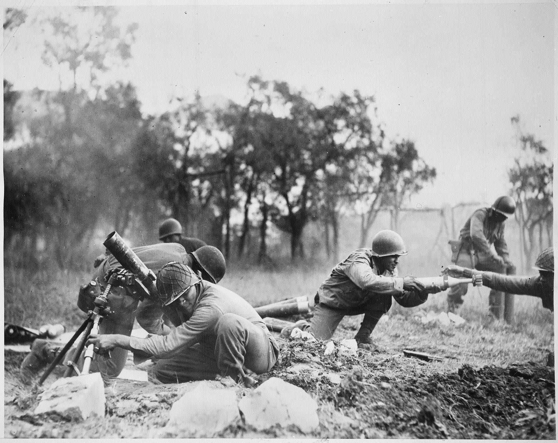 Members of a Negro mortar company of the 92nd Division pass the ammunition and heave it over at the Germans in an almos   NARA   535546 - Des hommes de la 92nd Infantry Division se passent les munitions et tirent au mortier sur des positions Allemandes, près de Massa (Italie) en Novembre 1944