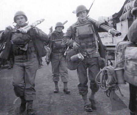 bangalore torpedoes - Ces soldats transportent des éléments de torpille bangalore