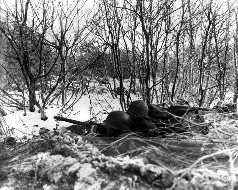 2102365403ea695e8831c5a8459d81da - Des soldats de la 45th Infantry Division gardent une route avec leur mitrailleuse, quelque part en Belgique