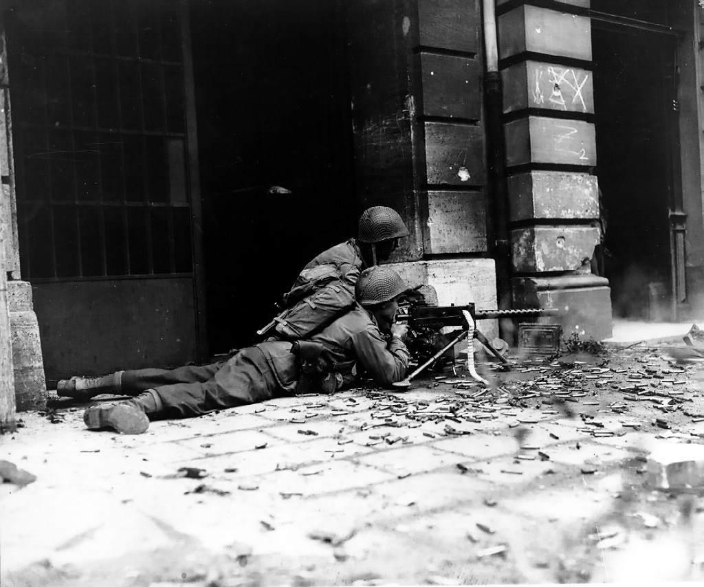 GI machine gun crew in Aachen (Correct orientation) - Des soldats de la 26th Infantry Division font feu sur la Wehrmacht dans les rues d'Aix la Chapelle avec leur Browning M1919, le 15 octobre 1944