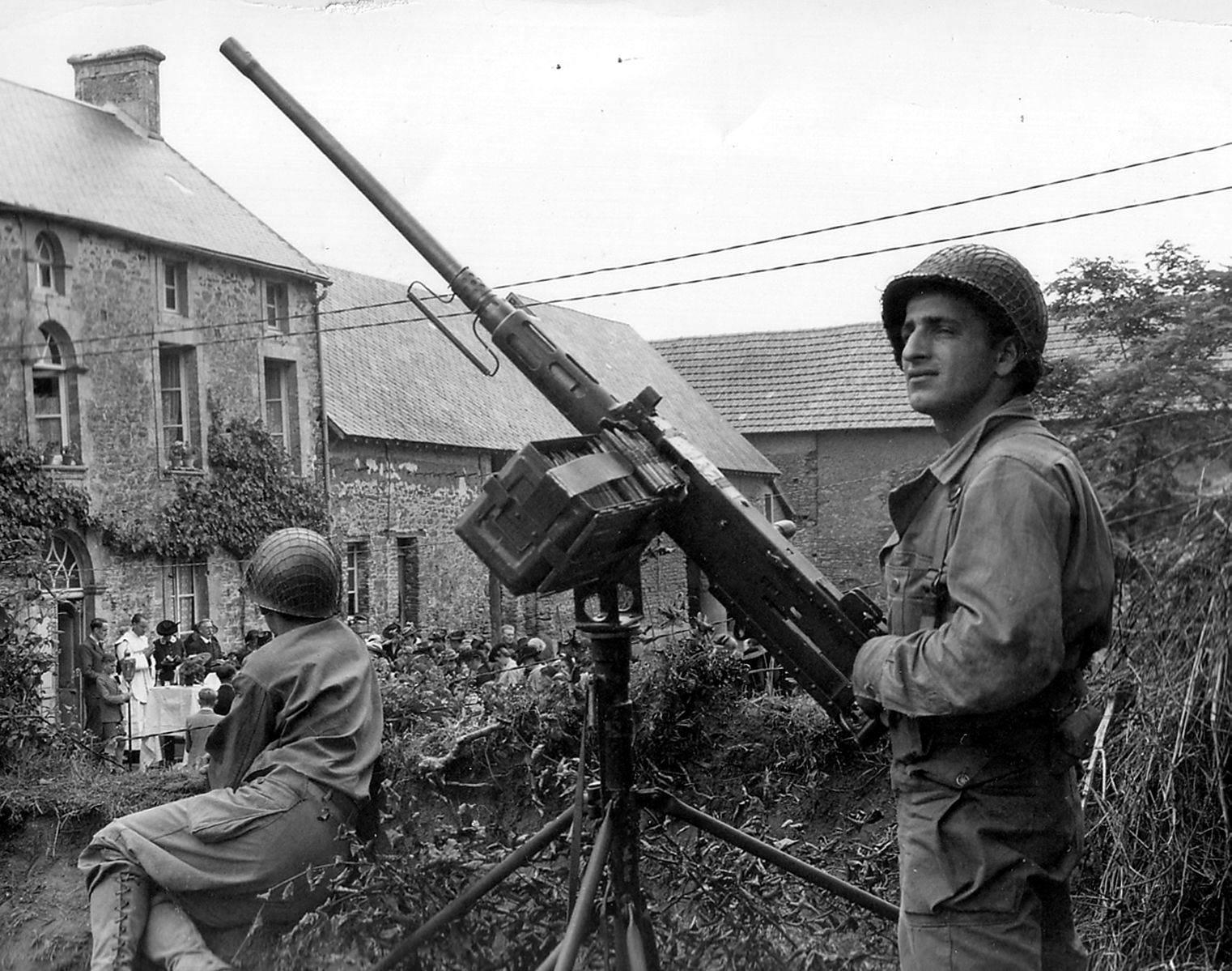 Browning M2HB Normandy - Un soldat américain avec une Browning M2HB en Normandie, 1944