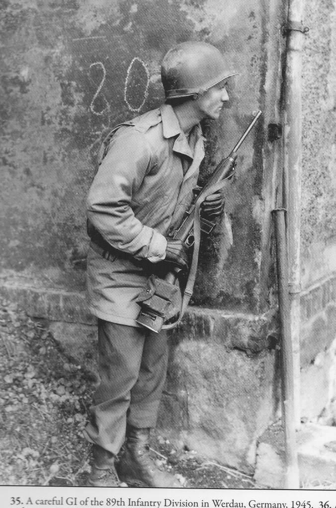 img013 - Un soldat de la 89th infantry division, armé d'une carabine M1, avance prudemment à Werdau (Allemagne) en 1945