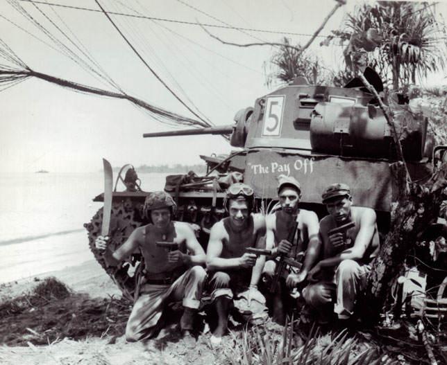 201828 Stuart crew Bougainville Tommy gun - Un équipage de char Stuart à Bougainville, pose fièrement avec leurs Colt 1911A1