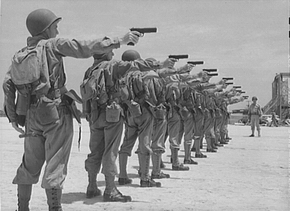 M1911 4 e1389201895320 - Juillet 1943 : Des nouvelles recrues apprennent à manier le Colt 1911A1 à Daniel Field, Georgia.