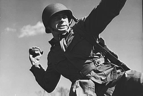 grenade paratrooper 1943 700 - Entrainement d'un parachutiste au lancer de grenades à Fort Benning en avril 1943