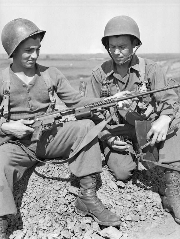 soldats decouvrant johnsonm41 - Les pvt W.P. Lelievre et L.E. Roussy nettoient leur Johnson M1941 sur la plage à Anzio, entre le 20 et 27 avril 1944