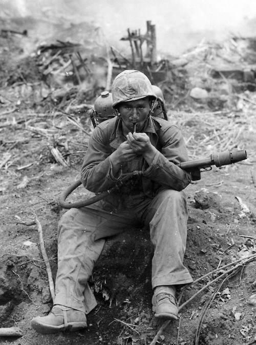 8731596 orig - Un Marines avec son lance-flammes à Iwo Jima, en 1945