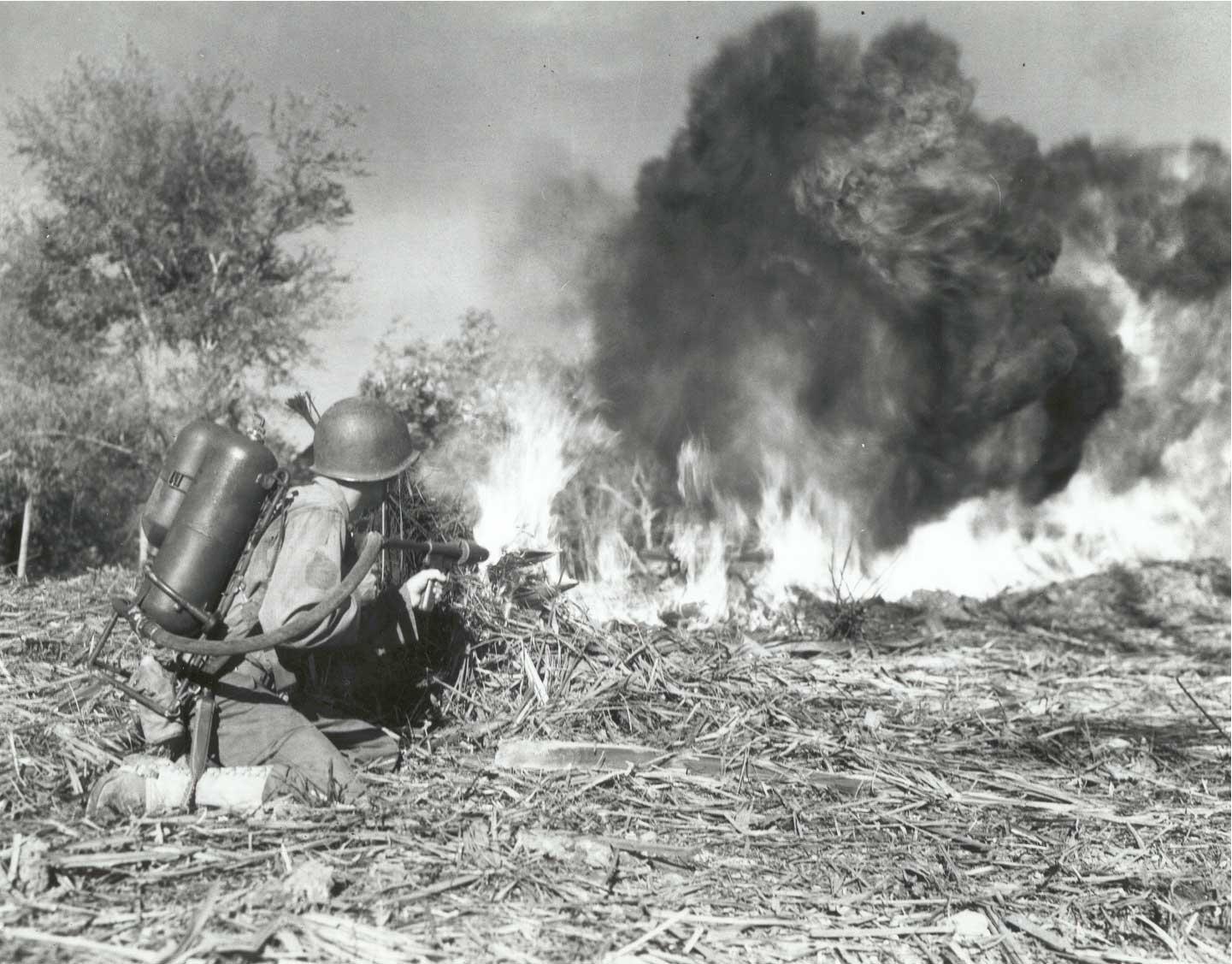 USm2flamethrower - Un soldat de la 33rd Infantry Division utilise un lance-flammes M2