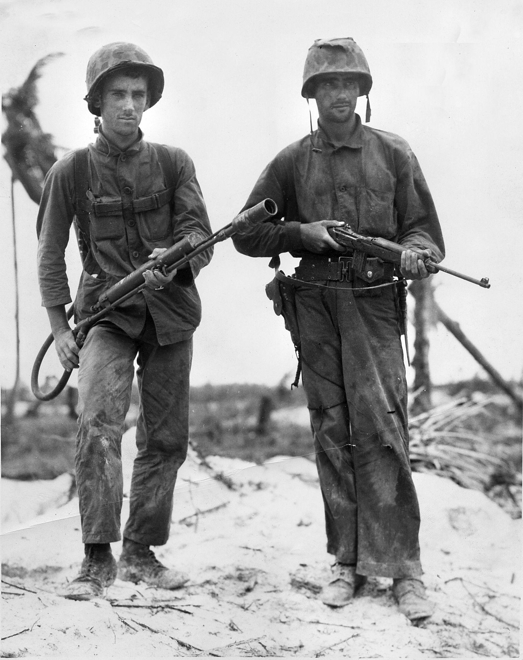 mc war story 1 - Les Marines Stanley A. Parks (gauche) et Randolph Peters posent avec un lance-flammes M1A1 à Peleliu en 1944