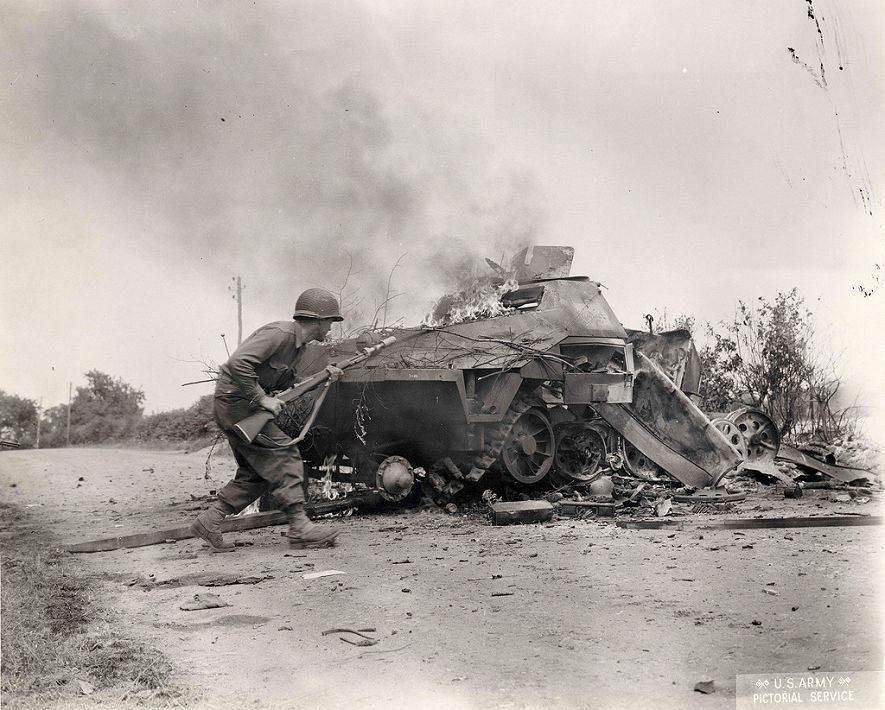 5d 98ab5e65 - Ce soldat, se mettant à couvert près d'un char détruit porte une grenade à fusil M9A1 HEAT