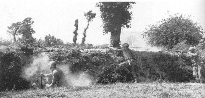 Normandie soldats garand - En Normandie, le soldat de gauche fait feu au lance grenades