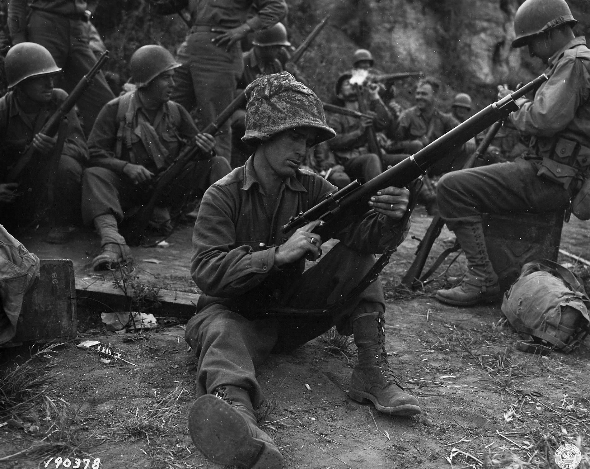 world war 2 springfield 6 - Le Private First Class Edward J. Foley de la 143d Infantry, 36th Infantry Division, nettoie son Springfield M1903A4 près de Velletri (Italie), en 1943