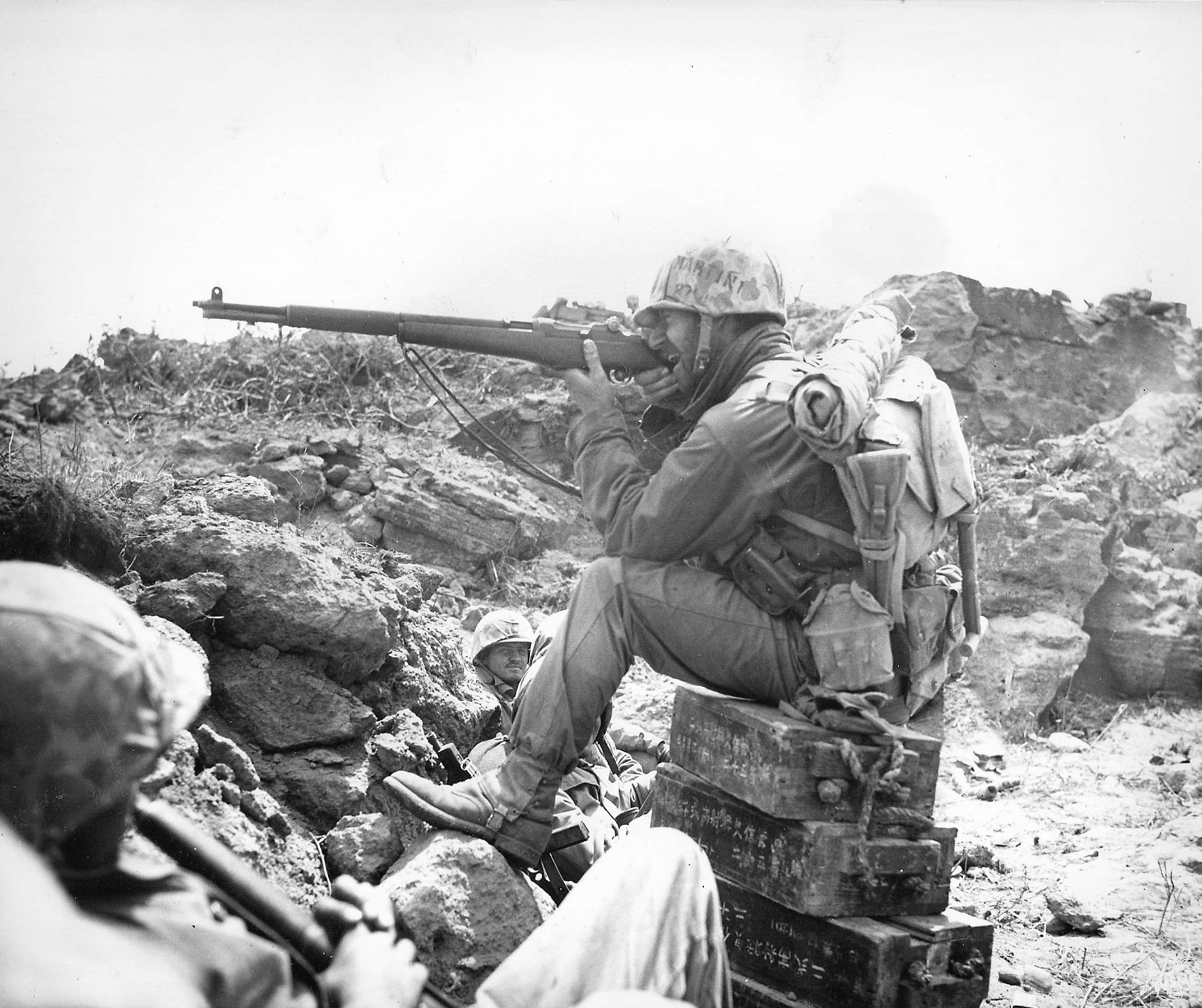 1270865061990 - Un Marines en pleine concentration à Iwo Jima