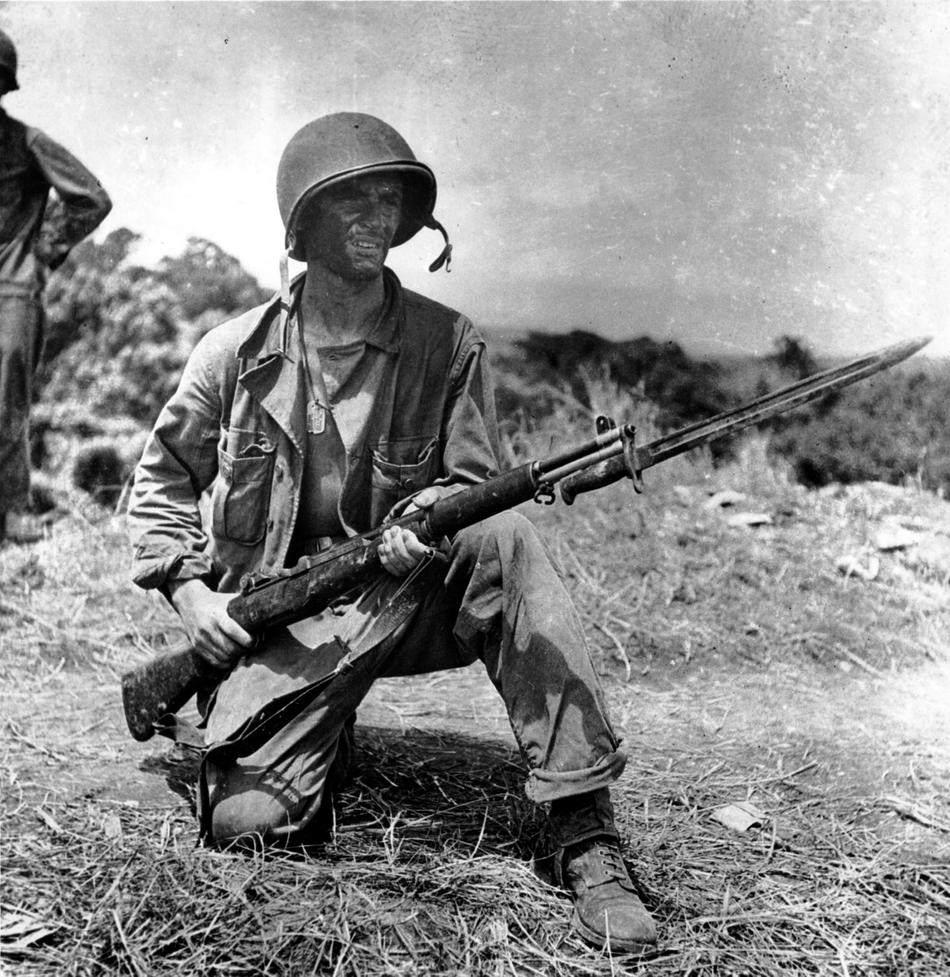 garand jan26 1943 an infantryman is on guard on grassy knoll in guadalcanal - ce soldat monte la garde à Guadalcanal le 26 janvier 1943