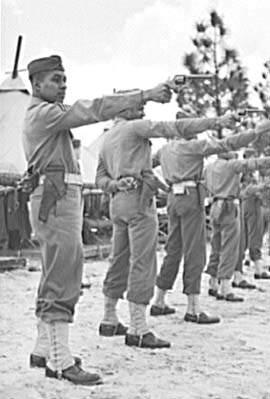 pistol m1917 training 375 - Entraînement au tir de Smith & Wesson M1917 à Fort Bragg, en 1942