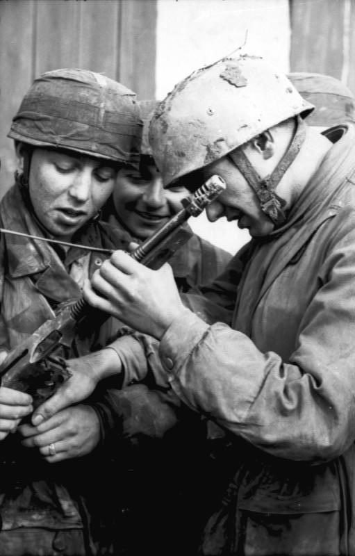 Bundesarchiv Bild 101I 788 0009 08A, Tunesien, Fallschirmjäger bei Untersuchung von MP - Des Allemands examinent une Thompson tombée entre leurs mains en Tunisie (frontière Algérienne) en 1943