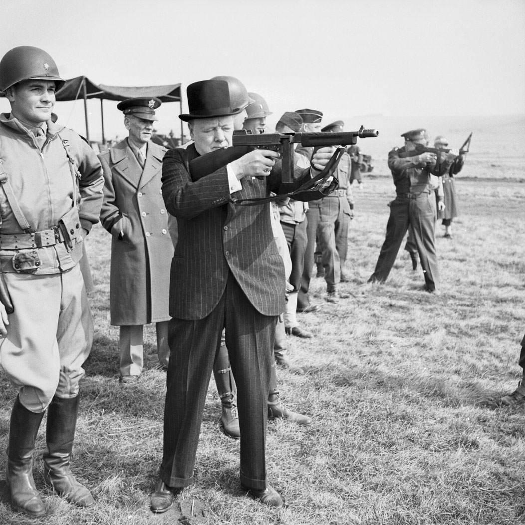 """ySV3JAj - Winston Churchill tire à la Thompson en 1944"""" title=""""Winston Churchill tire à la Thompson en 1944"""