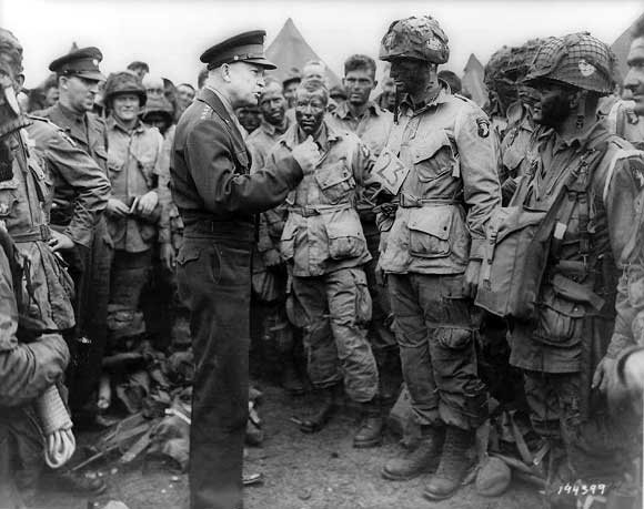ike paratrooper - Ike rend visite aux paras de la 101ème juste avant le grand saut, à l'aube du 6 juin 1944. Le premier para à gauche porte cette corde.
