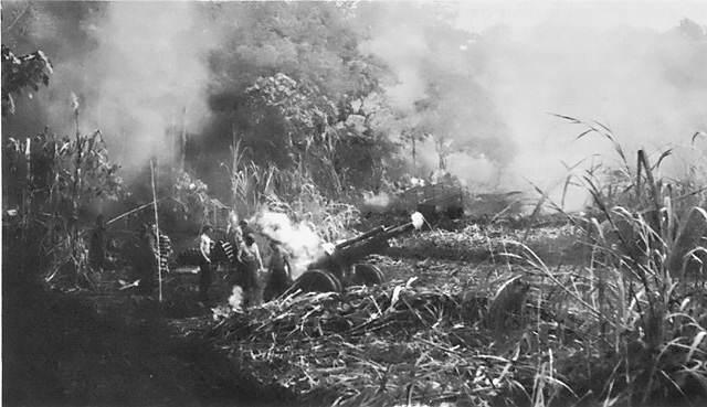 battle solomons27 - Un M2 Howitzer en action sur l'archipel Bismarck, New Britain (îles Salomon), en décembre 1943