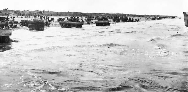 DD tanks on Utah beach - Des chars DD de la Force U sur la plage de Utah Beach, le 6 juin 1944 juste après l'heure H