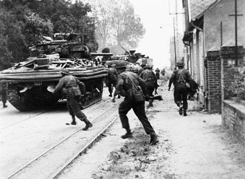 House to house fighting at Riva Bella near Ouistreham - Des soldats du 4th commando de la 2eme armée Britannique se battent à Riva Bella, près de Ouistreham. Le Sherman DD leur sert de soutien et d'abris