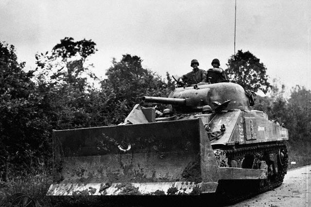 M4 tank with bulldozer blade kit France August 7 1944 - Photo d'un sherman Bulldozer prise le 7 août 1944