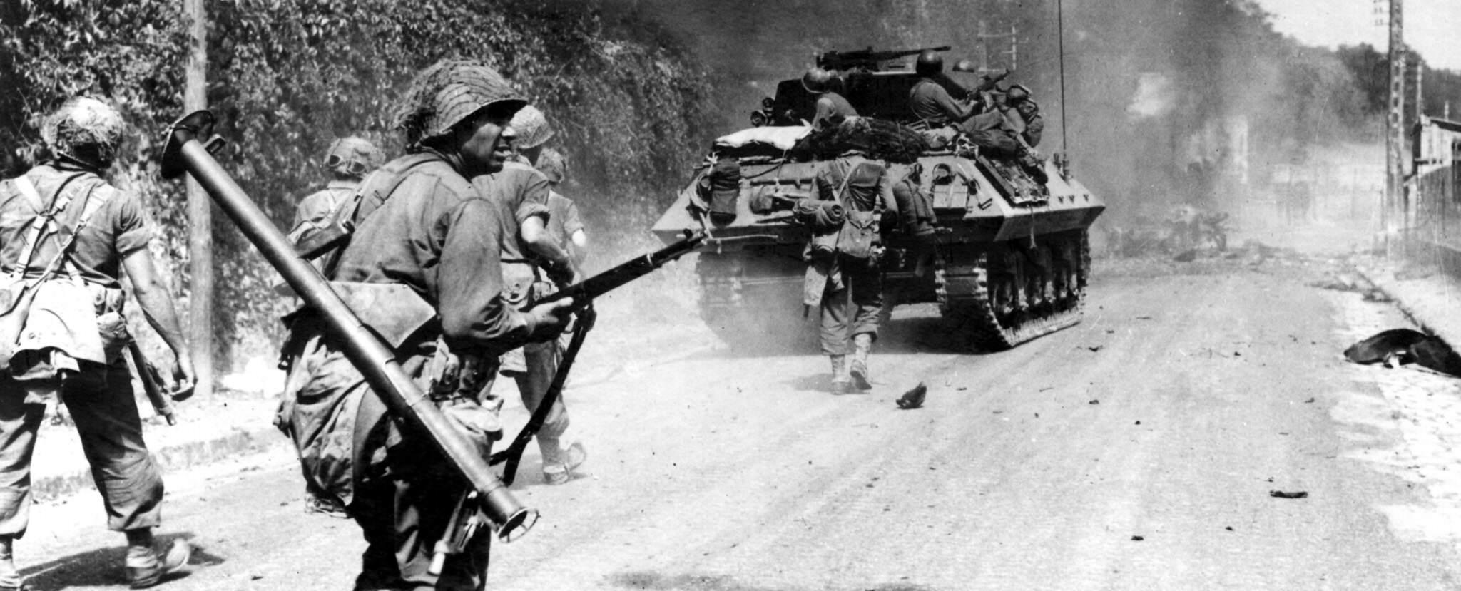 01 avon 23 aout fantassins 11th infantry regiment 5th infantry division tank destroyer m10 avenue de valvins - Des soldats du 11ème régiment de la 5th ID progressent le long de l'avenue de Valvins (Avon, France) le 23 août 1944. Ils sont aidés par un TD