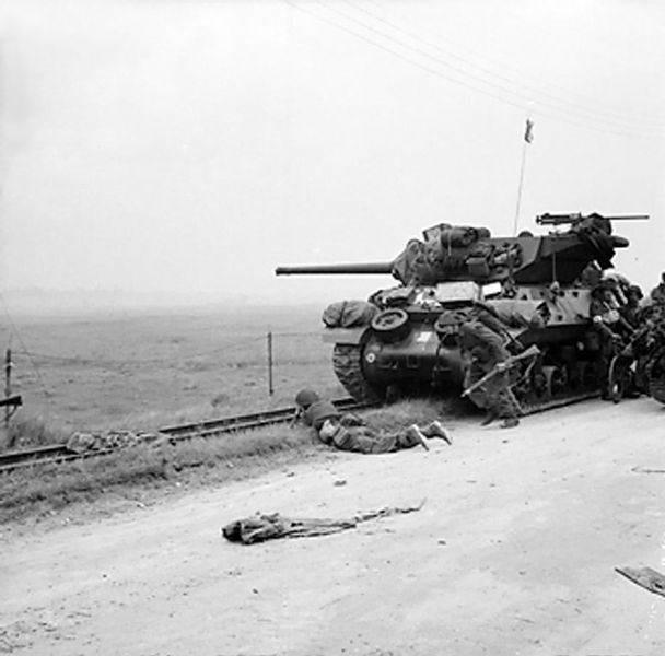 608px Shelter near an M10 - Des Anglais trouvent refugent auprès d'un M10, le juin 1944