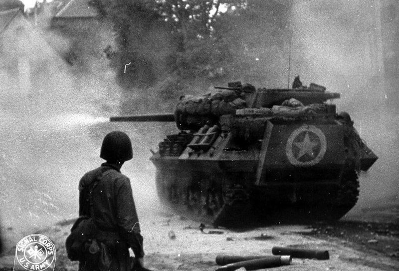 Un char M10 fait feu, près de Saint-Lo, en juin 1944