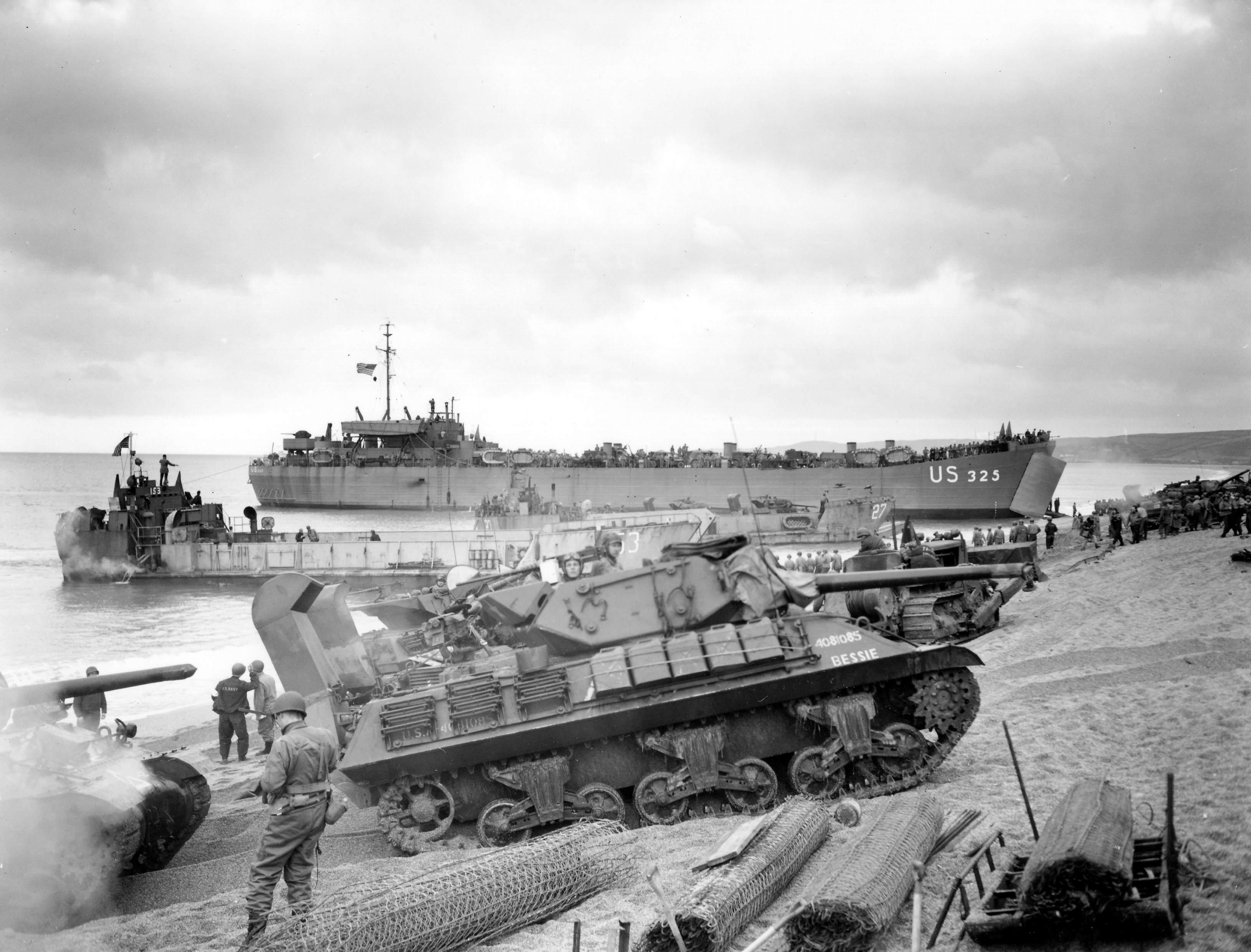 Un M10 arrive sur les plages de Normandie