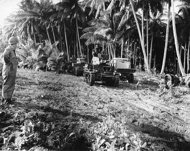 Un M2A4 à Guadalcanal, suivi d'un M3 puis d'un autre M2A4