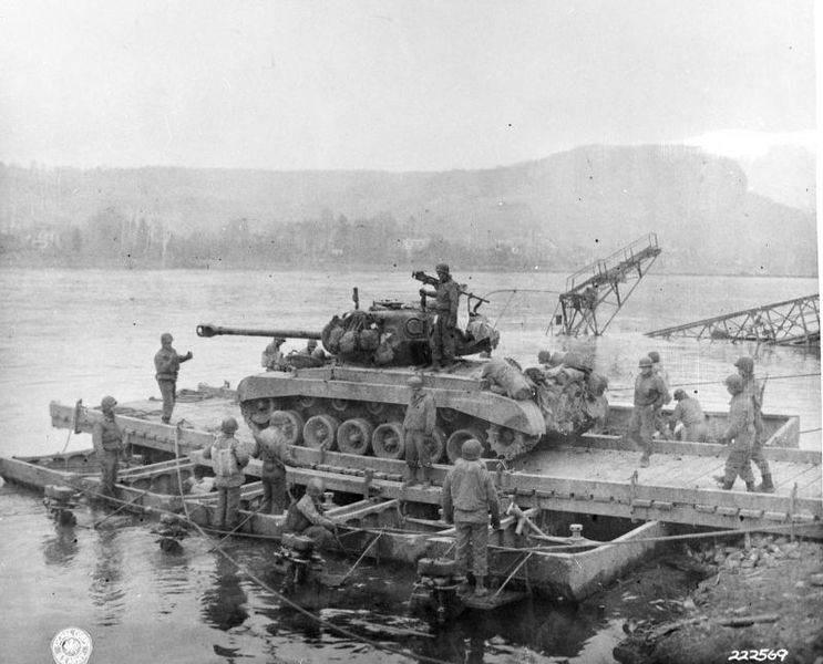 M26 pontoon ferry remagen - Le M26 Pershing T26E3 de la compagnie A du 14th Tank Battalion sur un ponton, prêt à être transporté par Ferry pour franchir le Rhin, le 12 mars 1945