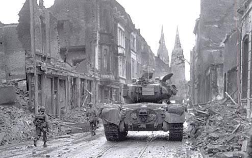 pershingprowl1 - Un M26 de la 3th AD et de l'infanterie traversent Cologne
