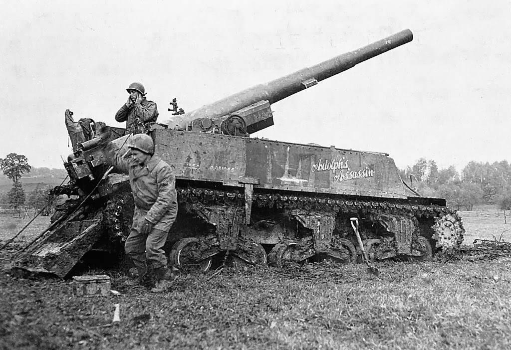 """M12 GMC 009 - Le"""" ADOLPH'S ASSASSIN"""" du 991st Field Artillery Battalion en action près de Kornelmunster (Allemagne) en novembre 1944"""
