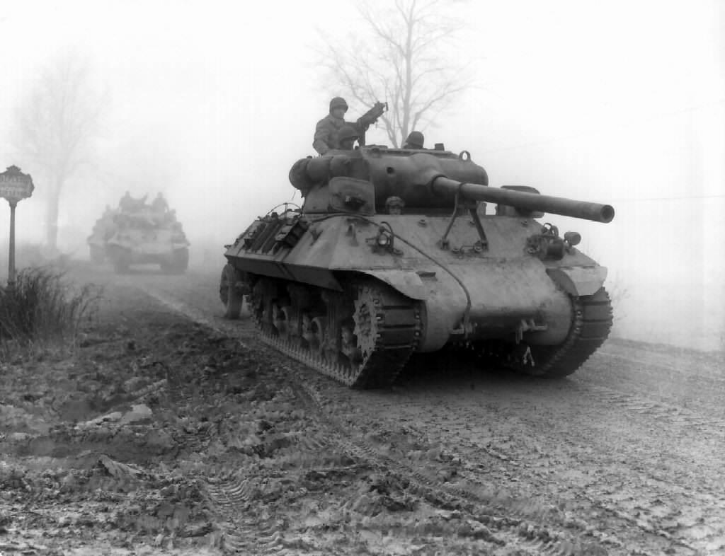 vehicle m36 2 - Un char M36 Jackson appartenant au 703e tank Destroyer Batallion, US 82nd Airborn sur la route de Werbomont (Belgique), le 20 décembre 1944 pour attaquer des positions Allemandes.