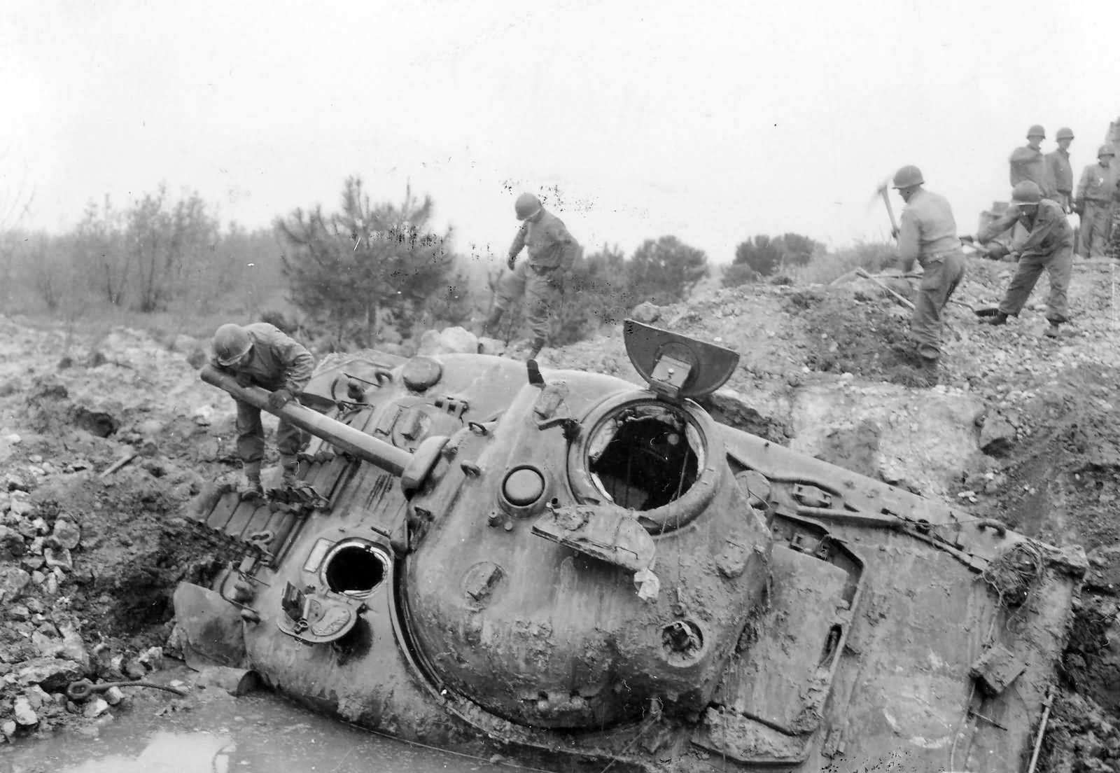 1st Armored Division M4 Sherman Wreck Littoria Italy 1944 - Un Sherman M4 de la 1st Armored Division en bien mauvaise posture près de Littoria (Italie), en 1944