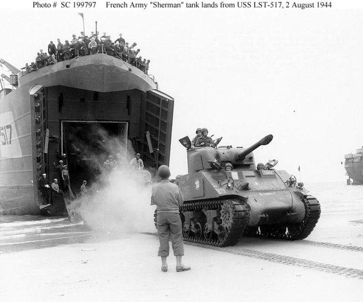 "721px Sherman french army normandy - Le Sherman de la France Libre ""SOMUA"" arrive en Normandie le 2 août 1944."