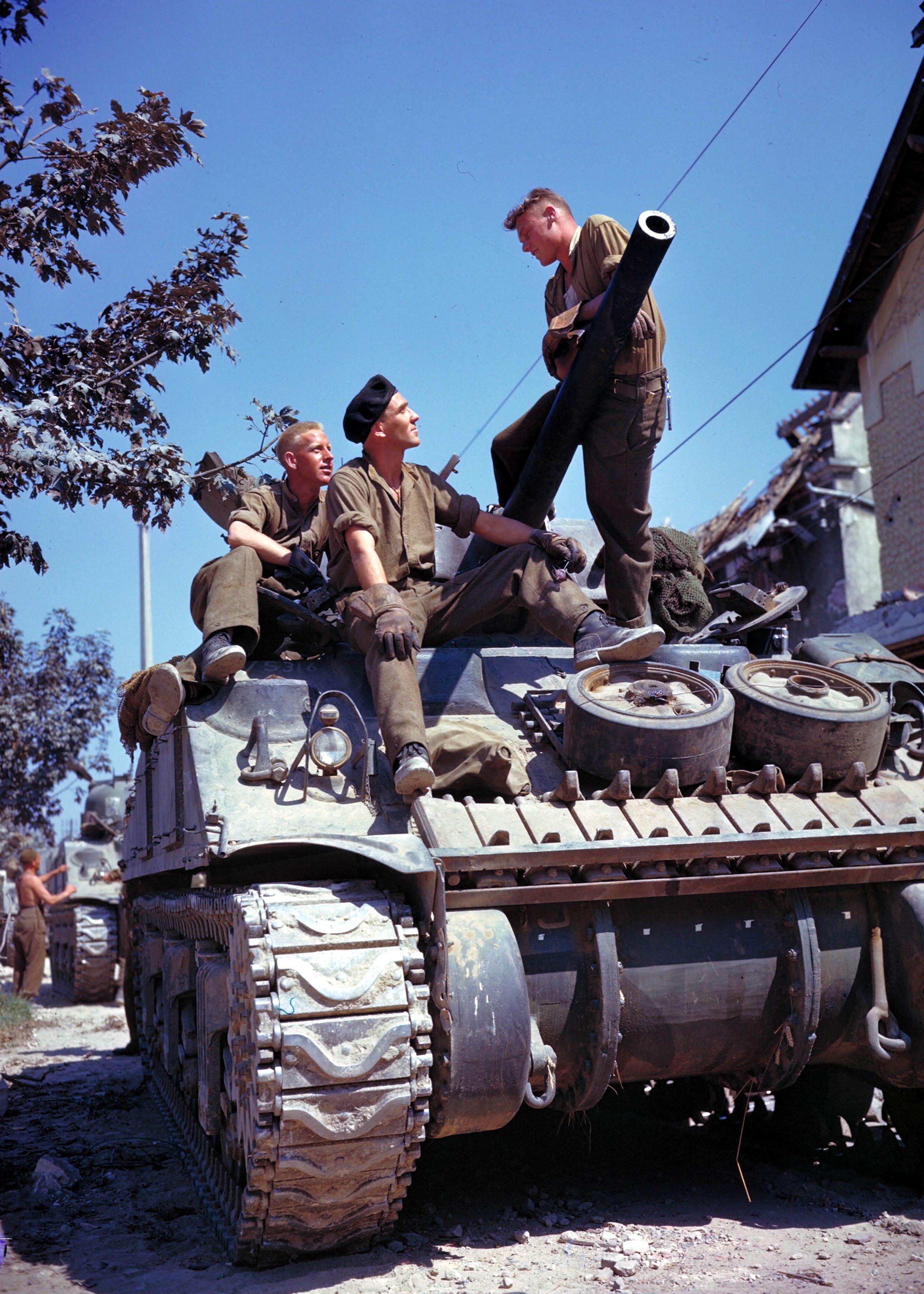 Crew of a Sherman tank south of Vaucelles - Des soldats Canadiens sur leur Sherman après de Vaucelles (au Sud de Caen) en juin 1944