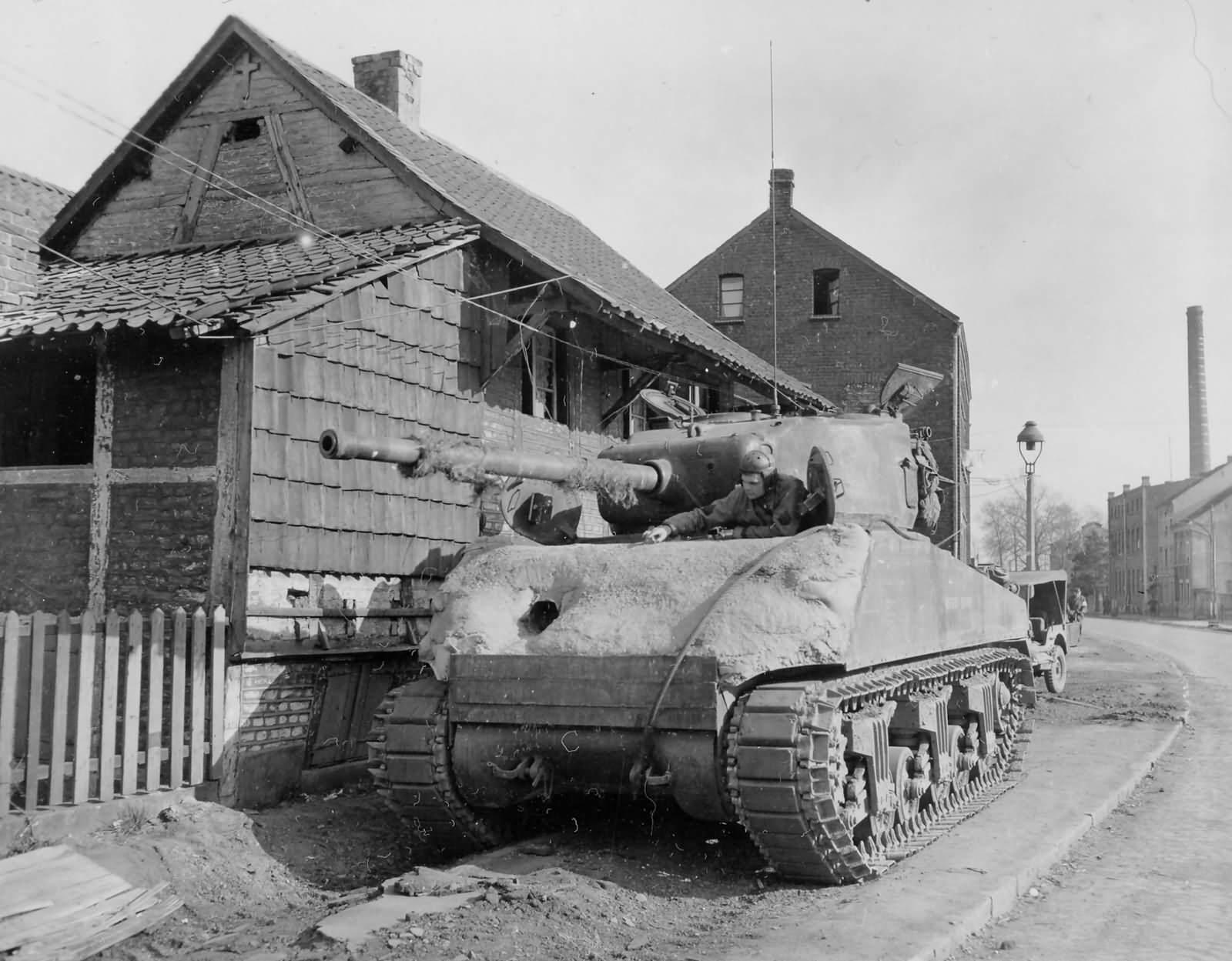 M4 76 with Concrete Armor 2nd armored division 1945 - Un Sherman M4/76 de la 2nd armored division avec un blindage ajouté en ciment, en 1945