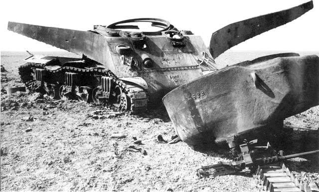 Peeled Open Sherman - Un Sherman M4 ayant explosé suite à un coup sur la soute à munitions