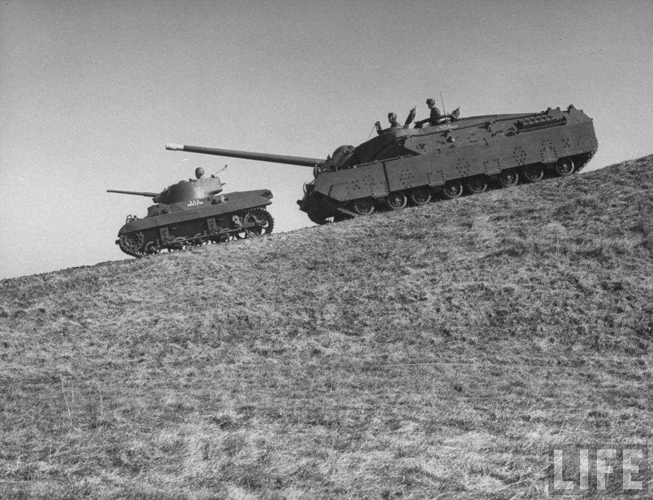 origin T28 Lielakais ASV 4 - Le T-28 super heavy tank devant un M22 Locust