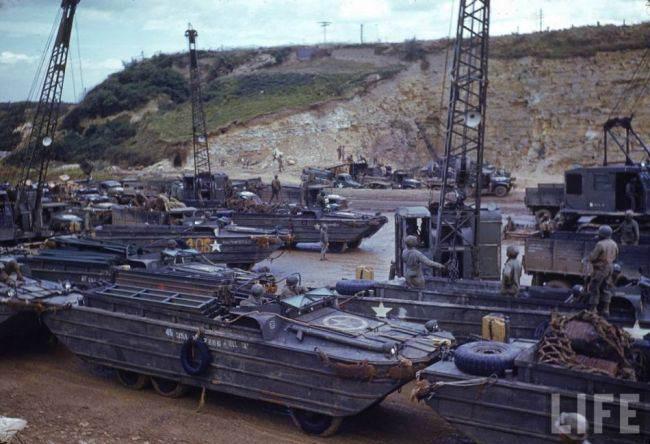 650x444xc78 B.jpg.pagespeed.ic.APvfcWBBgE - Des DUKW stationnés sur la plage, en Normandie, en août 1944