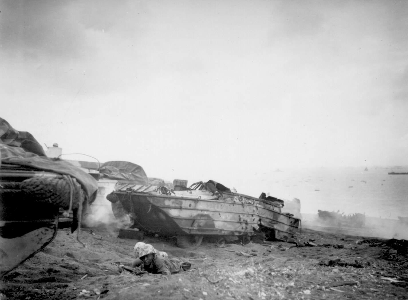 battle iwojima237 - Deux chauffeurs afro-américains de la Marine prennent part à la bataille comme soldats, après que leur DUKW fut touché pendant le débarquement d'Iwo Jima le 19 février 1945