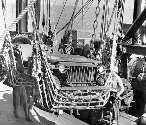 id bantam brc40 04 700 - Chargement d'une jeep bantam USMC dans un navire, à New River, 1941