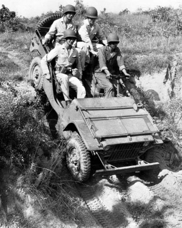 fordgpw - Une Ford GP et quatre cadets de West Point à Fort Benning, à l'été 1941 (le casque M-41 était tout neuf à l'époque)