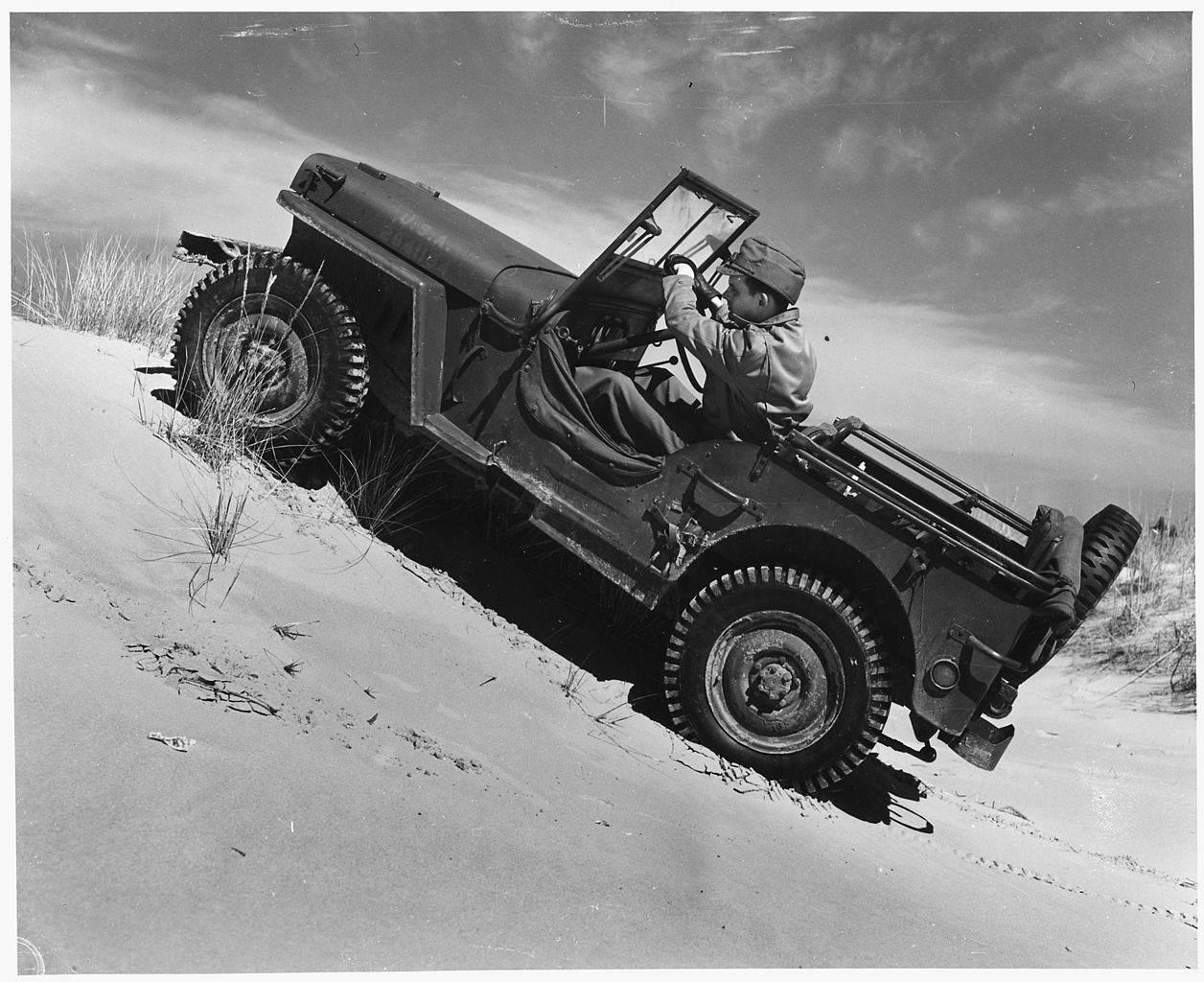 1256px - Une Jeep Ford GPW et sa remorque Bantam à Potsdam, Allemagne, le 14 juillet 1945ù
