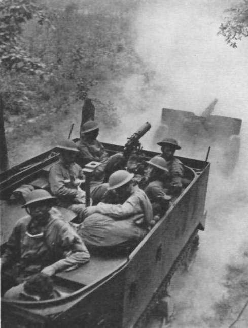 Tenessee maneuvers 2 M2 halftrack 75mm gun M1897 FAJ194109 sc - Un Half-Track M2 tire un canon de 75mm lors d'un exercice dans le Tennessee en juin 1941