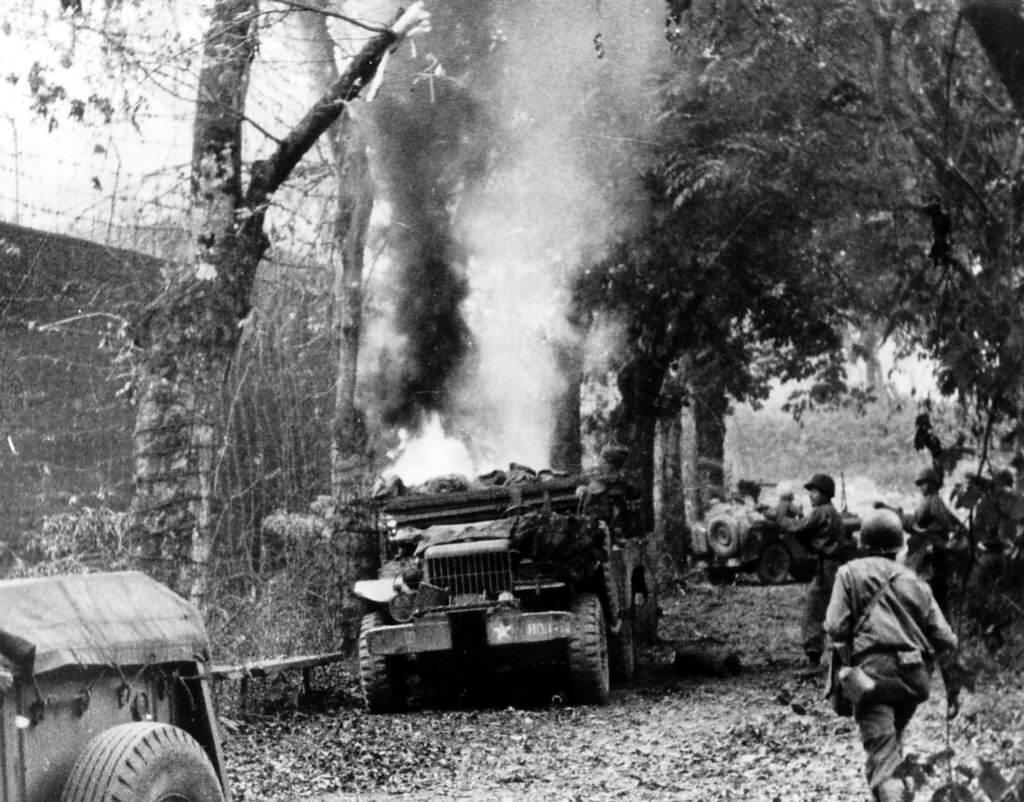 dodgewc52weaponscarrierburningstlo - Un Dodge WC-52 en feu à Saint-Lo, en juin 1944