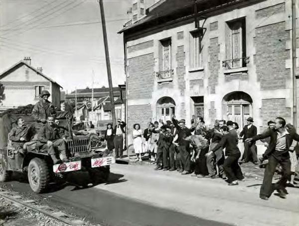 wc52 photo epoque22 - Un Dodge WC-52 dans les rues d'une ville française