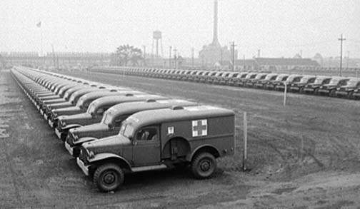 Dodge WC54 ambulance 5 - Des WC-54 attendent sagement leur livraison sur le parking de leur usine de Detroit, en août 1942